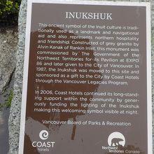 イヌイット文化の説明板。イヌクシュクの像の下部にあった