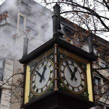 時計は近隣のビルにマッチしていた