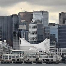 海側から見えたカナダプレイス。大きなテントかヨットの帆か。