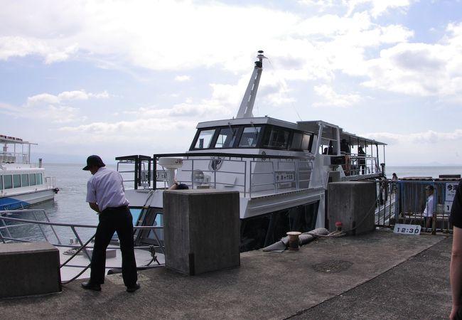 竹生島行きの琵琶湖汽船の船