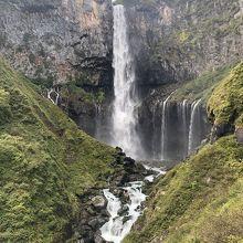 華厳の滝全体の姿が見えます。