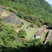 石垣積みの鉱山施設が山中に