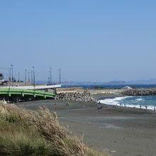 駿河湾の先に江の島が見える