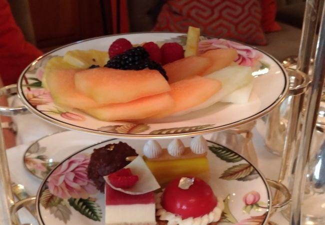 「ブラウンズホテル」内にあるアガサ・クリスティがお茶を楽しんだティールームで伝統の「アフタヌーンティー」を