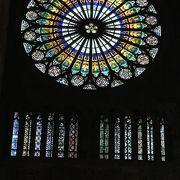 バラ窓のステンドグラスは時間帯によって見え方が違います!