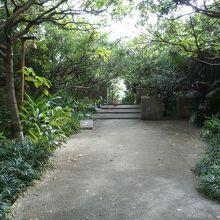 木々が生い茂る城内の聖地