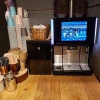 ライブラリーの片隅にコーヒーマシン