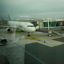 飛行機に乗ります。