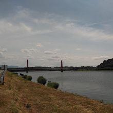 立派な歩行者と自転車用の北潟湖にかかる赤い橋