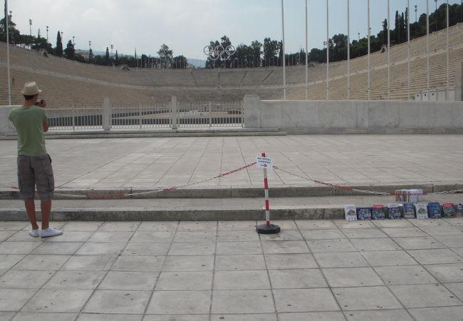 2004年8月に開催されたアテネ・オリンピックで女子マラソンの野口みずきさんがトップでゴールして金メダルを取った会場です。