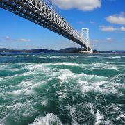 渦潮を見るには、橋の上から見るよりも観潮船に乗ってそばで見る方が臨場感があります