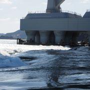 鳴門海峡の大鳴門橋の橋の下で鳴門の渦潮と海の段差を見ることができます