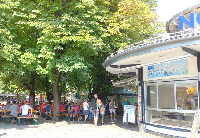 日曜日でもビアガーデンは大賑わい ★ Viktualienmarkt