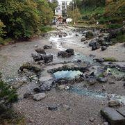 温泉の川が流れています