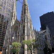 高層ビルに囲まれて負けていない存在感の大聖堂
