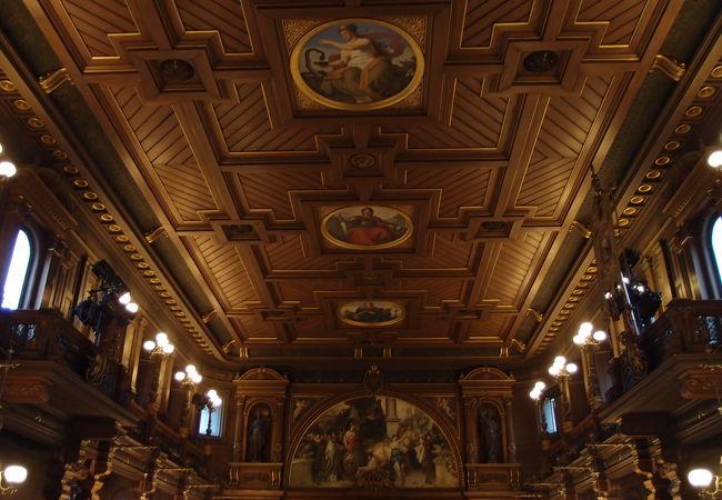 1886年完成の豪華な講堂です