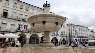 ジラルド広場の噴水