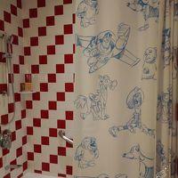 バスルームはバスタブがあります カーテンもトイストのキャラが