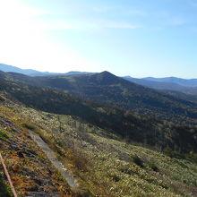 東側には岩手山から裏岩手縦走路の山波