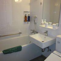 真っ白で清潔なバスルーム!