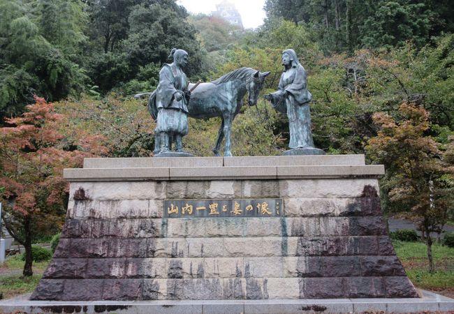 山内一豊と妻の銅像