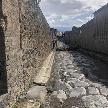 轍の跡も見られる石畳の道