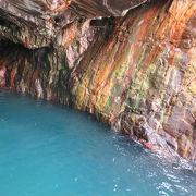 白浜の自然では一番の見どころ。エレベーターで降りて波の打ち寄せる美しい洞窟を見ましょう。
