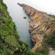 白浜の海と崖の美しい景色