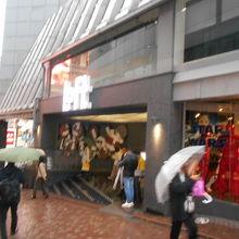 渋谷は坂道なので、1階からも地下1階からでも入れる。