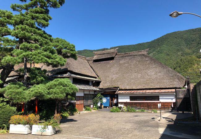 この地で伝統ある造り酒屋さんが立派な茅葺屋根のお蕎麦屋さんをやっていらっしゃいます。
