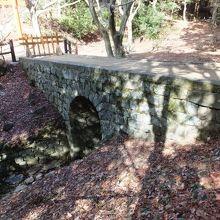 小さな石橋。記念品ですから。