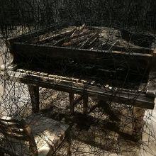 焦げた匂いも生々しい焼けたピアノ