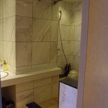 車いす対応の客室ですが洗顔所と洗い場の境目に段差有り