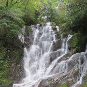 マイナスイオンあふれる美しい滝