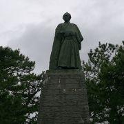 桂浜の高台に太平洋の遥か彼方を見つめるようにして立つ坂本龍馬像