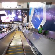 文湖線は高架駅、藍線は地下駅、双方を繋ぐ長大エスカレータが圧巻。