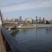 橋幅も広く、モダンなデザインで、たいへん美しい