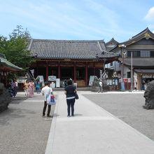 浅草神社拝殿と境内
