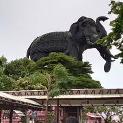 建物の上に巨大な象!