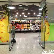 お土産を買うならここが一番!空港地下にあるスーパーマーケット。