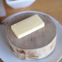 バターが切り株に盛られて出てきた