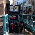 ニューヨーク随一の地元買い物エリアにアクセスできる便利な地下鉄駅