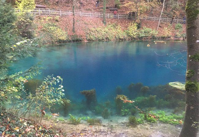 絵具を溶かしたような青い湖