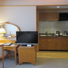 TVの横にキッチンがある