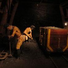 模擬坑道 当時の採掘風景が再現されている。