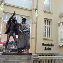 階段手前にあるファウストとメフィストフェレスの像