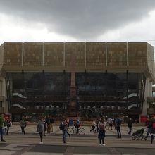 アウグストゥス広場に建っています