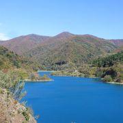 四万ブルーのダム湖