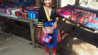 モン族の衣装、刺しゅうなどの服