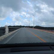 浜比嘉大橋で繋がっています
